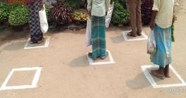 রংপুরের বাজারে রংদিয়ে দূরত্ব নির্ধারণ করেছেন সেনাসদস্যরা
