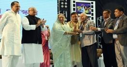 দুই বছরের জাতীয় চলচ্চিত্র পুরস্কার প্রদান করলেন প্রধানমন্ত্রী