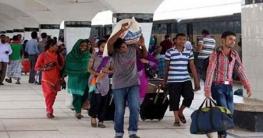 করোনা নিষেধাজ্ঞায় কাজ হারিয়ে গ্রামে ফিরছে লাখো মানুষ