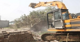 বদরগঞ্জে অবৈধ স্থাপনা গুঁড়িয়ে দিয়ে রেলের জমি উদ্ধার