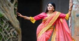 শাড়ির সঙ্গে আলতা রাঙাপা ও সিঁদুরের ছোঁয়া পূর্ণ করে সনাতনী সাজকে